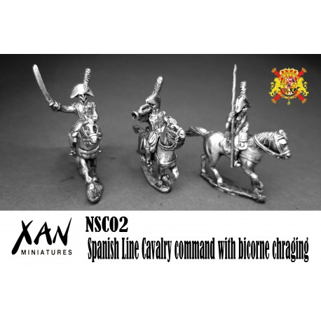 Mando caballería de Línea española con bicornio cargando